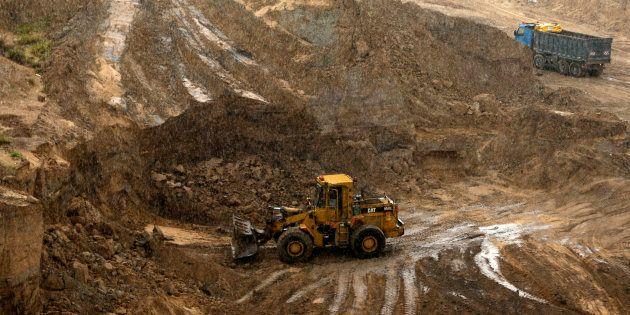 Un bulldozer creuse dans l'ancien site de Tell es-Sakan