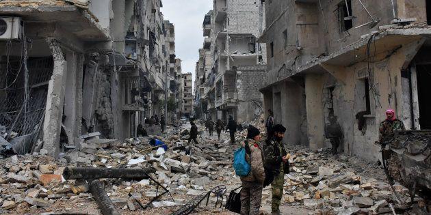 Les forces pro-gouvernementales avancent dans le quartier de Jisr al-Haj, lors d'une opération militaire...