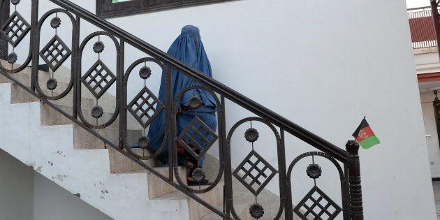 Nadia, 22 ans, sur le chemin du cabinet de son avocat, le 16 janvier, pour tenter d'obtenir le divorce...