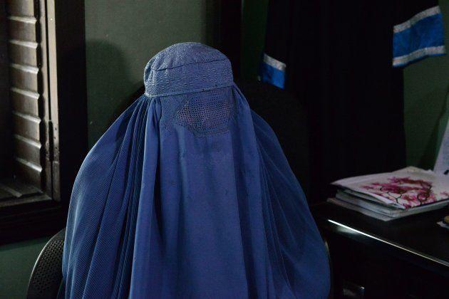 Nadia lors de son entretien avec un journaliste de l'AFP, dans les bureaux de son