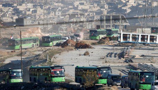 Les images surréalistes de la colonne de bus qui évacuent Alep-Est au milieu des