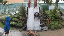 La joie de ces enfants qui jouent sous la pluie est