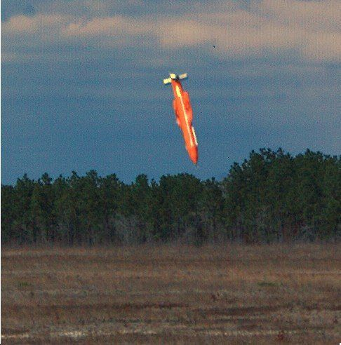 La MOAB, juste avant son impact, lors d'un essai sur une base de l'armée de l'air américaine en Floride,...