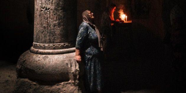 Des croyantes lors de prières au monastère de Geghard près de Yerevan, en Arménie, le 4 septembre