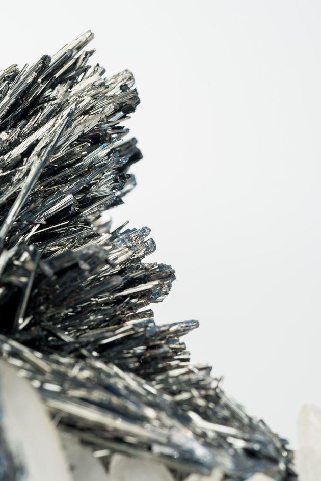 L'antimoine est extrait d'un minerai, la stibine, sous forme d'un sulfure. La poudre noire caractéristique...