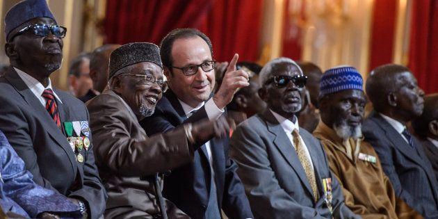 François Hollande au milieu de tirailleurs sénégalais à l'Elysée le 15 avril