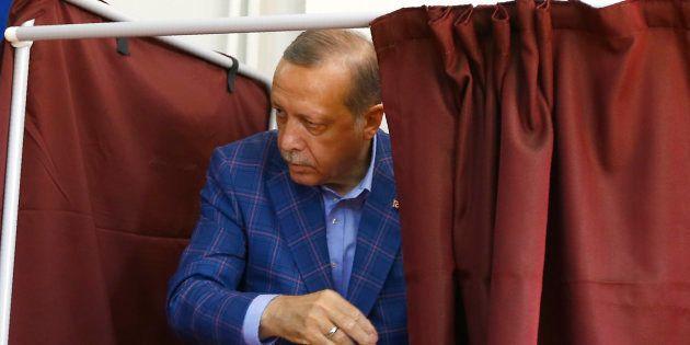 Recep Tayyip Erdogan dans un bureau de vote à Istanbul le 16 avril