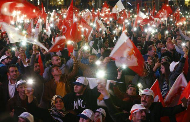 Des soutiens d'Erdogan fêtent la victoire du