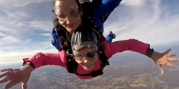 Cette super mamie s'est offert un saut en parachute pour ses 94