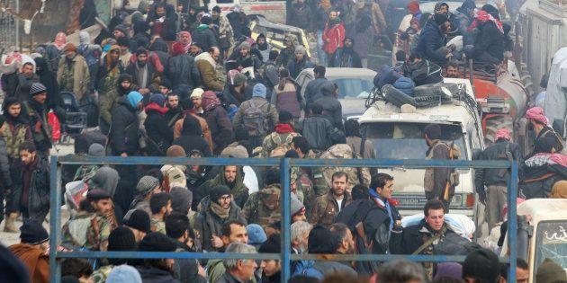 Des civils et des rebelles de la ville d 'Alep attendent leur évacuation, le 16 décembre
