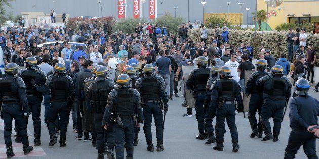 Des supporters bastiais face à des CRS après le match Bastia-Lyon le 16 avril
