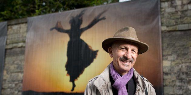 Le photojournaliste Reza devant son exposition au Centre hospitalier Sainte-Anne à