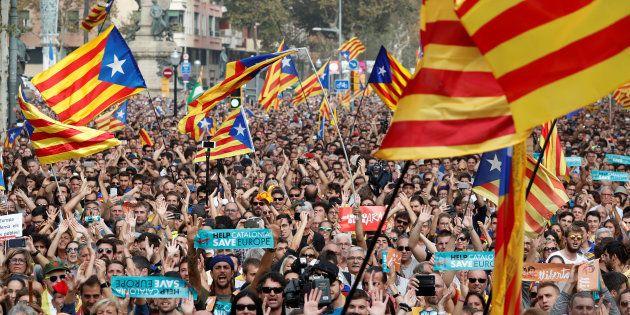 Des Catalans dans les rues de Barcelone, ce 27