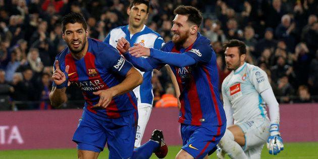 Les joueurs du FC Barcelone, Luis Suarez et Lionel Messi célèbrent leur but contre l'Espanyol le 18 décembre...