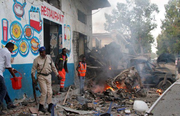 Des véhicules complètement détruits après une nouvelle attaque à Mogadiscio, en Somalie, le 28