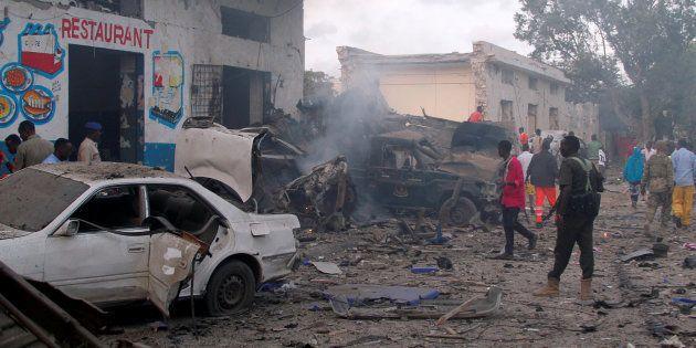 Sur le lieu de l'une des explosions à Mogadiscio, en Somalie, le 28