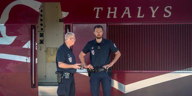 Des policiers devant le Thalys en gare d'Arras, le 22 août 2015, après la tentative d'attentat d'Ayoub...