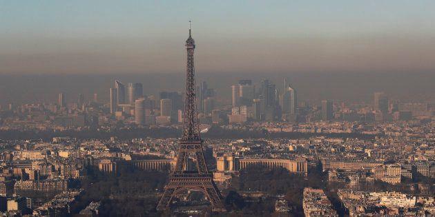 La ville de Paris vue dans un nuage de particules fines le 1er décembre 2016, soit le pire pic de pollution...