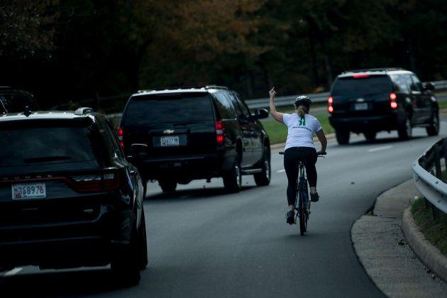 Donald Trump va sur les terrains de golf pour la 76e fois, cette cycliste lui fait clairement savoir...