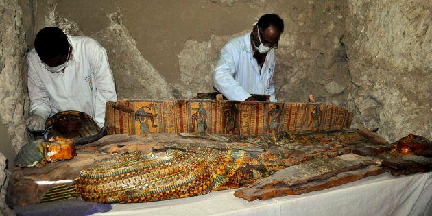 Les membres d'un équipe archéologues ont découvert huit momies dans une tombe vieille de 3500 ans près...