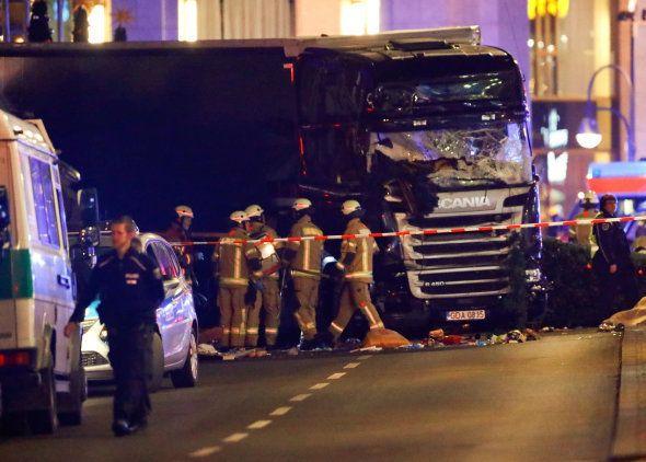 La police et les secouristes près du poids-lourd au volant duquel un homme a foncé dans la foule sur...