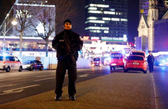 Un policier près du marché de Noël de Berlin, le 19