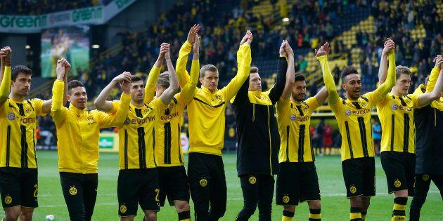Les joueurs du Borussia Dortmund saluant leur public après leur victoire contre l'Eintracht Francfort...