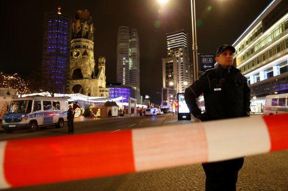 Des policiers quadrillent la zone du drame, le 19 décembre à