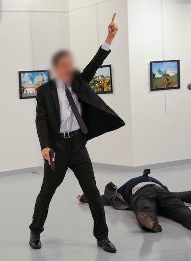 L'assaillant lève le bras au ciel après avoir tiré sur l'ambassadeur russe en