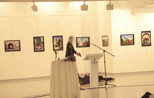 Assassinat d'Andrei Karlov, l'ambassadeur russe en Turquie: le photographe Burhan Ozbilici a continué...