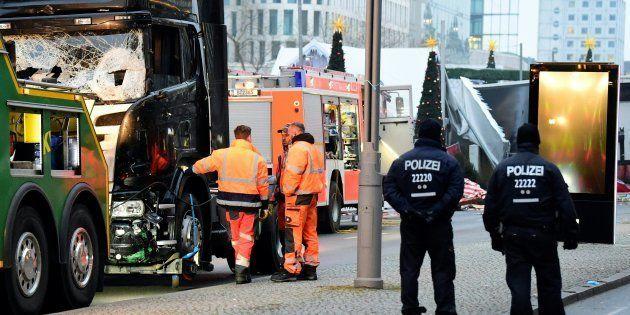 Assaut de la police dans un centre pour réfugiés où le suspect aurait vécu à l'ancien aéroport de Tempelhof...