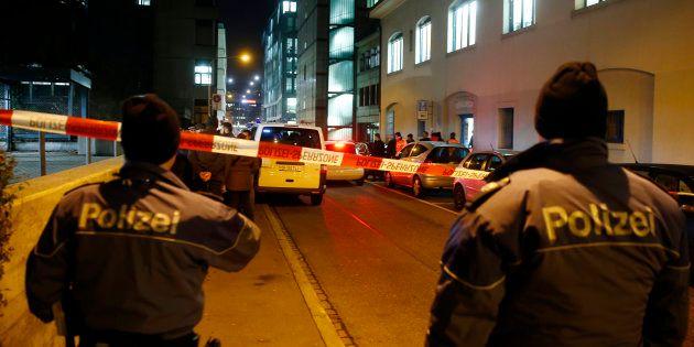 Les policiers devant le centre de prière islamique de Zurich, le 19 décembre