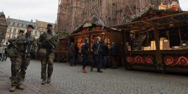 Des soldats au marché de Noël devant la cathédrale de