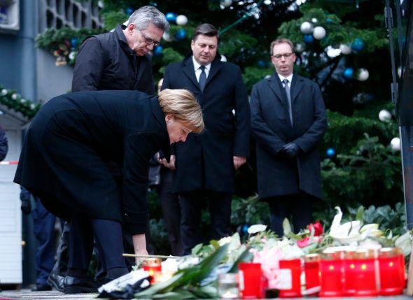 Merkel sur le lieu de l'attentat ce
