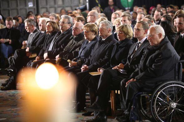 Angela Merkel et des membres de son gouvernement participent à une commémoration dans l'église voisine...