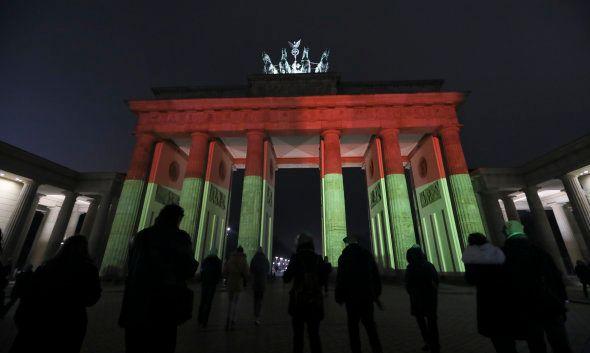 La porte de Brandebourg illuminée aux couleurs de l'Allemagne et de Berlin, le 20