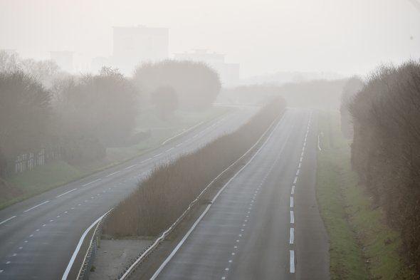 Une photo, prise le 20 décembre près du lieu de l'accident en Vendée, montre le brouillard au-dessus...