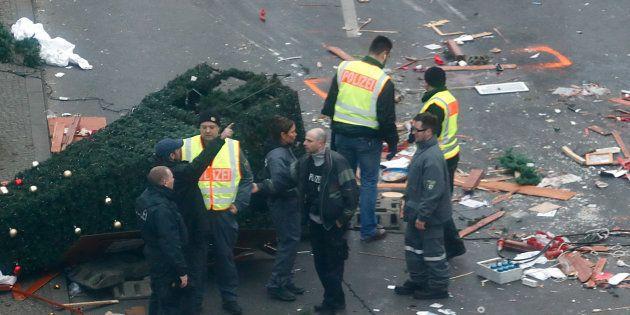 Des policiers sur les lieux de l'attentat, au marché de Noël de Berlin, le 20 décembre 2016. REUTERS/Fabrizio