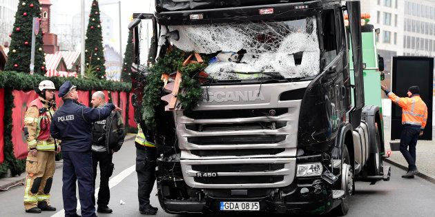 Un policier et un pompier le 20 décembre près du camion utilisé dans l'attaque sur un marché de Noël...