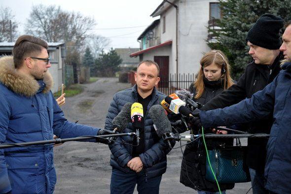 Ariel Zurawski s'adresse à la presse devant chez lui, le 20