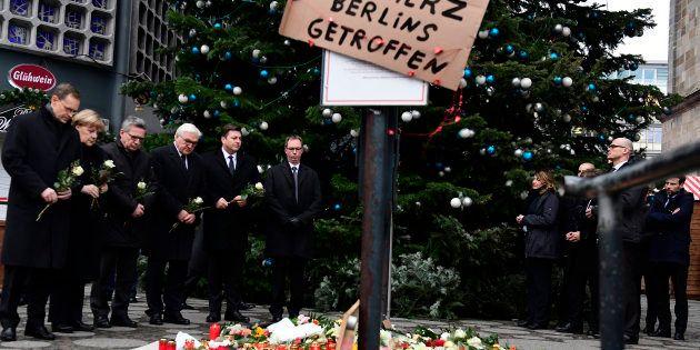 De gauche à droite, le maire de Berlin Michael Mueller, la chancelière Angela Merkel, le ministre de...