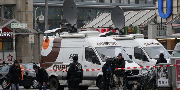 Des camions satellites de télévision stationnent près du lieu de l'attaque sur un marché de Noël de Berlin,...