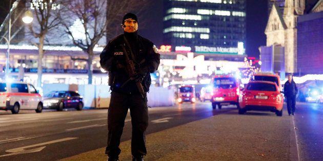 Un policier près du marché de Noël où un camion a foncé sur la foule, le 19 décembre à