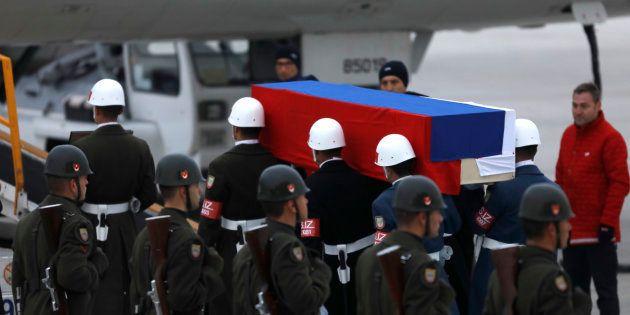Le cercueil d'Andreï Karlov est amené jusqu'à l'avion qui doit le conduire en Russie, le 20