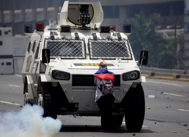 Une manifestante empêche un véhicule blindé de la police d'approcher le reste de la