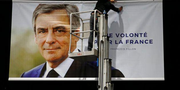 L'affiche de campagne de François Fillon installée avant son meeting de campagne de Lille, le 18 avril