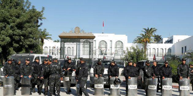 Tunisie: deux policiers poignardés par