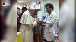 Le pape François est allé s'acheter des chaussures orthopédiques, comme tout le
