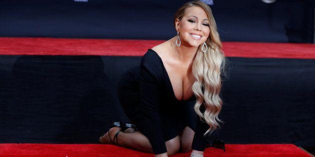 La chanteuse Mariah Carey a pu apposer ses empreintes dans le ciment devant le TLC Chinese
