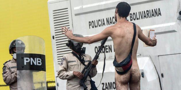 Au Venezuela, ce manifestant nu est devenu le symbole de la